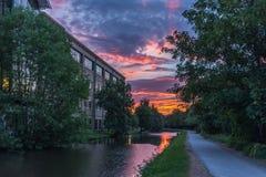 Alte Mühle auf Kanal Lizenzfreies Stockbild