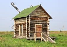 Alte Mühle auf touristischen komplexen Sibirier Podvorye Stockfotografie