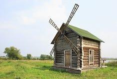 Alte Mühle auf touristischen komplexen Sibirier Podvorye Stockbild