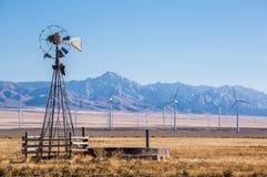 Alte Mühle des defekten Winds vor großem neuem Windpark im Minera Lizenzfreie Stockfotos