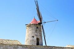 Alte Mühle für die Sammlung des Salzes lizenzfreie stockfotografie