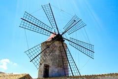 Alte Mühle für die Sammlung des Salzes lizenzfreie stockfotos
