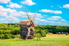 Alte Mühle am hellen sonnigen Tag auf dem Gebiet Lizenzfreies Stockfoto