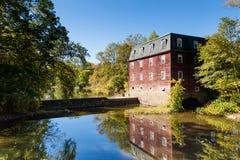 Alte Mühle reflektiert Stockfotografie