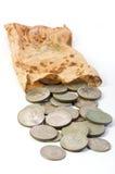 Alte Münzen in der alten faulen Tasche lokalisiert auf Weiß Lizenzfreie Stockfotos