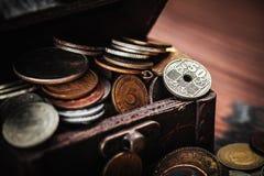Alte Münzen im Kasten Stockfotos
