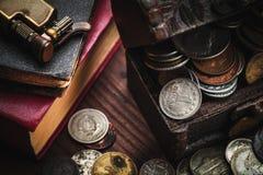 Alte Münzen und alter Gegenstand Stockbild