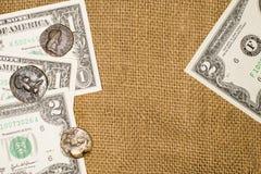 Alte Münzen und Dollarbanknoten über Sack Lizenzfreie Stockfotografie