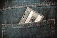Alte Magnetband- für Tonaufzeichnungenkassette in den Jeans Stockfotografie