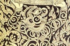 Alte Malerei des alten Schmutzes auf der Tür des Tempels in Thailand-Gold auf Schwarzem Stockfoto