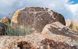 Alte Malereien, Petroglyphen auf den Felsen nahe dem Issyk-Kul, Stockbilder
