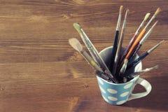 alte Malerpinsel in einem Becher oder in einer Schale Lizenzfreies Stockbild