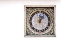 Alte manufactural Uhr auf einer Wand eines Gebäudes Lizenzfreie Stockfotografie