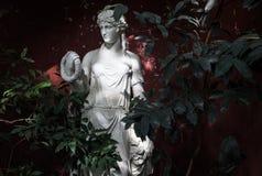 Alte Marmorstatue der Frau lizenzfreie stockfotos