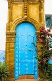 Alte marokkanische Kunstkunstfertigkeit - blaue Tür Lizenzfreies Stockbild