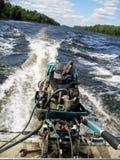 Alte Maschine auf dem Boot Verkehr auf dem Fluss Stockfotografie