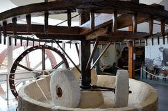 Alte Maschine, zum des Kornes zu reiben und des Mehls zu machen Lizenzfreies Stockbild