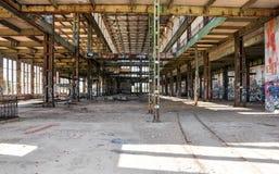 Alte Maschinenhaus-Ruinen: Verrostet und getagged Lizenzfreie Stockfotografie