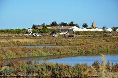 Alte Maschinerie und Boote in den Sumpfgebieten Stockbild