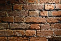 Alte Maurerarbeit der Nahaufnahme der roten Backsteine und in einem geringfügigen Winkel Beschaffenheit und Innenarchitektur Lizenzfreies Stockbild