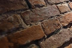 Alte Maurerarbeit der Nahaufnahme der roten Backsteine und in einem geringfügigen Winkel Beschaffenheit und Innenarchitektur Lizenzfreie Stockfotos