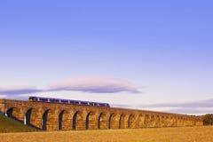 Alte Maurerarbeit gewölbter Viaduct, der eine Serie trägt Lizenzfreie Stockfotografie