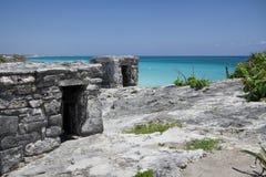Alte Mayaruine hockte auf einer felsigen Küstenlinie Lizenzfreies Stockbild