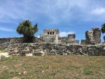 Alte Mayaruinen nahe dem Ozean in Tulum, Mexiko lizenzfreie stockbilder