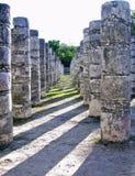 Alte Mayaspalten in Chichen Itza Lizenzfreies Stockfoto