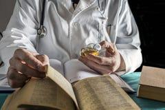 Alte Medizin Doktor-Reading Book Of, Lizenzfreie Stockfotos