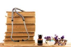 Alte medizinische Bücher mit Stethoskop, medizinische Flasche, medizinisch er Stockfoto
