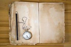 Alte Meldung-Buch mit Feder Lizenzfreie Stockfotos
