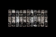 Alte Messinggewichtskala und alte Bücher unter Lichtstrahl auf dunklem Hintergrund Stockbild