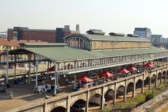 Alte Metallbahnstationsabdeckung in Newtown, Johannesburg Stockbild