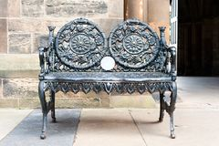 Alte Metallbank in altem Glasgow University-Garten Großbritannien, Scotla Stockfotos