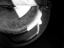Alte Metallfasskappen-Spitzenwinkelschwarzweißaufnahme stockbild