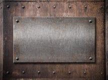 Alte metallische Platte über Rostmetallhintergrund Lizenzfreies Stockfoto