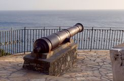 Alte Metallkanone gegen das Meer Lizenzfreies Stockbild