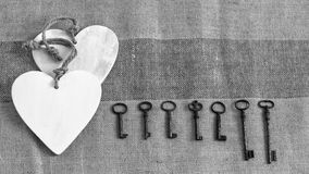 Alte Metallschlüssel und weiße Herzen Stockfotos