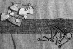 Alte Metallschlüssel und weiße Herzen Stockfoto