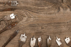 Alte Metallspatenstückchen für hölzernen Hintergrund der bohrenden hölzernen Lüge Stockfotografie