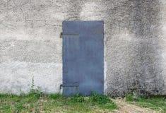 Alte Metalltür auf Fassade Stockbild