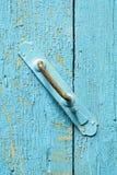 Alte Metalltür Hande auf abblätterndem Holz Stockfotografie