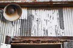 Alte Metallwand und Weinleselampe Lizenzfreies Stockbild