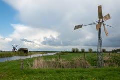 Alte Metallwindmühle in einer holländischen Landschaft Lizenzfreies Stockbild