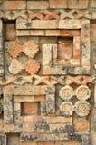 Alte Mexikanerauslegungen und -symbole auf den Pyramiden des Mayas Stockbild