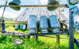 Alte Milch-Dosen hergestellt vom Aluminium Stockfotos