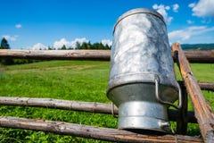 Alte Milch kann gemacht vom Aluminium Stockfoto