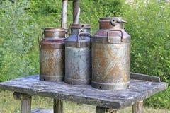 Alte Milchdosen Stockbilder