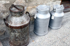 Alte Milchdosen, Morella Stockbild